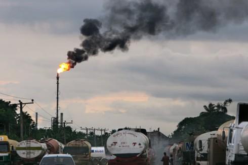 Các xe bồn chờ lấy hàng gần một cơ sở lọc dầu gần cảng Harcourt, Nigeria