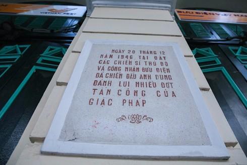Tấm bia ghi lại dấu tích chiến đấu, nơi đây là từng là pháo đài kinh qua 2 cuộc kháng chiến của người dân Thủ đô