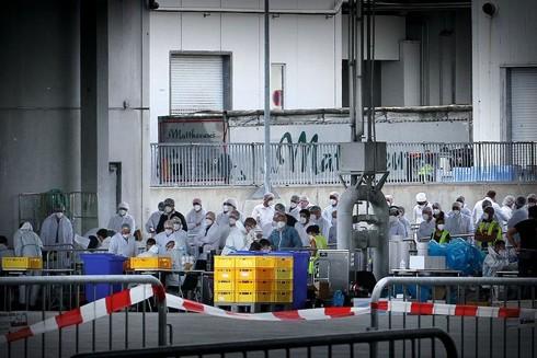 Các nhà điều tra giám sát dây chuyền tại nhà máy Rheda-Wiedenbrück của tập đoàn Tönnies Holding, nơi phát hiện hơn 1.400 ca nhiễm Covid-19