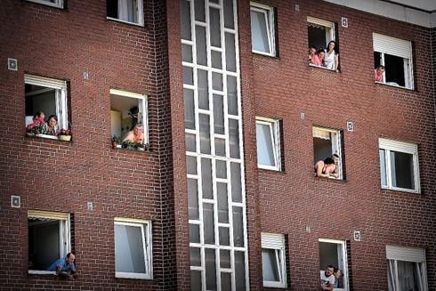 Công nhân nhập cư từ Romania và Bulgaria cùng gia đình họ trong giai đoạn thực hiện cách ly ở Verl, nước Đức