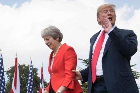 """Cựu Thủ tướng Anh Theresa May từng """"bối rối và lo lắng"""" khi điện đàm với Tổng thống Mỹ Donald Trump"""