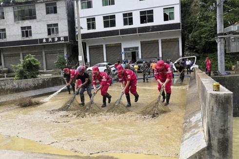 Lực lượng cứu hộ khắc phục hậu quả mưa bão gây lũ lụt ở Trùng Khánh