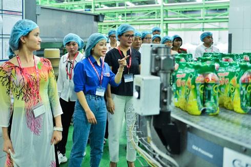Những tài danh khoa học - công nghệ trẻ của đất nước bày tỏ sự thán phục trước hệ thống kỳ công, thể hiện rõ nhất sức mạnh của bàn tay, khối óc con người khi tham quan Nhà máy Number One Hà Nam