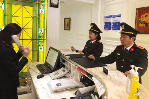Trung tá Lại Quốc Tuấn cùng đồng đội kiểm tra, hướng dẫn cơ sở kinh doanh trên địa bàn thực hiện nghiêm quy định đảm bảo ANTT