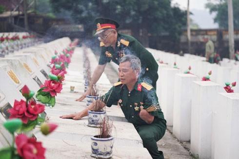 Cựu chiến binh Nguyễn Văn Cậy thắp hương cho những người đồng đội đã không thể trở về (ảnh: Tuệ Ân)