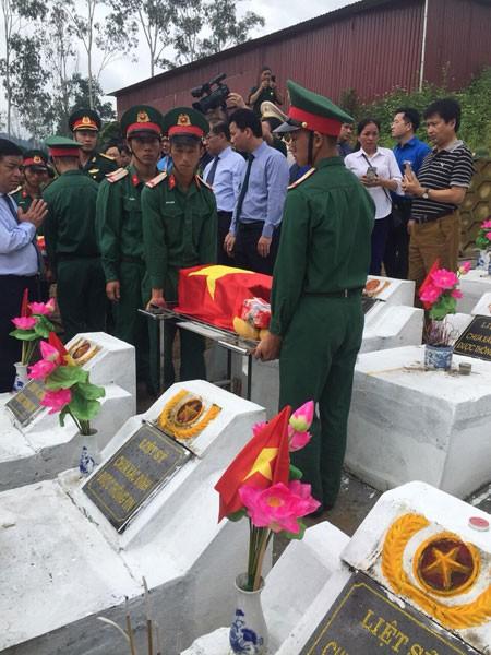 Lễ an táng và truy điệu 9 liệt sỹ vừa được Đội Quy tập thuộc Bộ chỉ huy quân sự tỉnh Hà Giang tìm thấy ở Thanh Thuỷ. Lễ truy điệu diễn ra vào sáng 11-7-2020 tại Nghĩa trang Liệt sỹ Vị Xuyên (ảnh: CCB Trần Văn Bình)