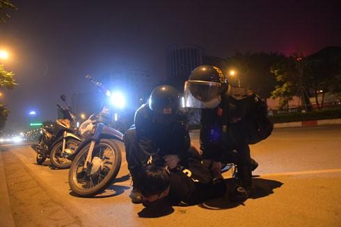 Cảnh sát cơ động khống chế bắt giữ đối tượng phạm tội (Ảnh minh họa)