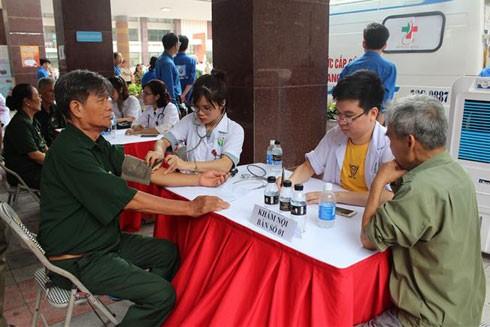 Các thành viên Đội N43 và thân nhân 48 gia đình liệt sĩ được các y, bác sĩ trẻ Thủ đô tư vấn, khám bệnh và phát thuốc miễn phí