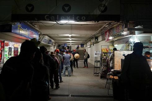 Rất khó kiểm soát nguồn lây nhiễm Covid-19 khi nhiều lao động ở Mexico hàng ngày vẫn sang biên giới làm việc tại thành phố Calexico, California