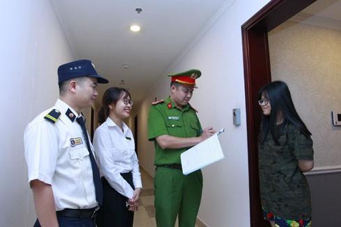 Cảnh sát khu vực quận Thanh Xuân tận tụy với công việc, thường xuyên bám sát và nắm chắc địa bàn. Ảnh: LAM THANH