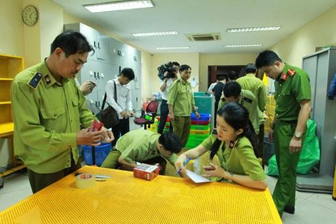 Công an Hà Nội phối hợp cùng lực lượng QLTT bắt một vụ buôn bán thuốc lá lậu. Ảnh: LAM THANH