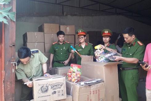 Lực lượng Công an - Quản lý thị trường Hà Nội kiểm tra, xử lý một vụ việc gian lận thương mại