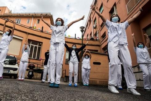 Nhân viên y tế bệnh viện đa khoa Umberto, Italia nhảy múa vui mừng kỷ niệm kết thúc giai đoạn 1 của chiến dịch cứu hộ khẩn cấp bệnh nhân Covid-19 ngày 10-6-2020
