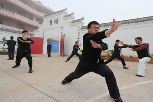 Học viên tại cơ sở cai nghiện Internet Dự Chương, tỉnh Giang Tây tập võ thuật hồi tháng 12-2013