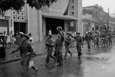 Bộ đội Việt Minh vào tiếp quản giải phóng Thủ đô Hà Nội đi qua cửa rạp Đại Nam (phố Huế) ngày 10-10-1954