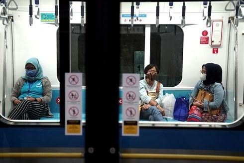 Hành khách đeo khẩu trang trên tàu hỏa ở Jakarta, Indonesia