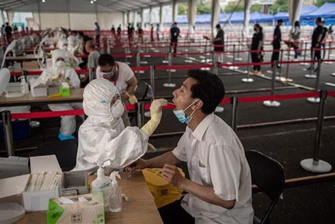 Nhân viên y tế lấy mẫu dịch xét nghiệm Covid-19 cho người dân tại Thủ đô Bắc Kinh, Trung Quốc