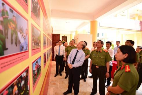 Ủy viên Bộ Chính trị, Thường trực Ban Bí thư Trung ương Đảng Trần Quốc Vượng cùng các đại biểu tham quan triển lãm được trưng bày tại hội thảo