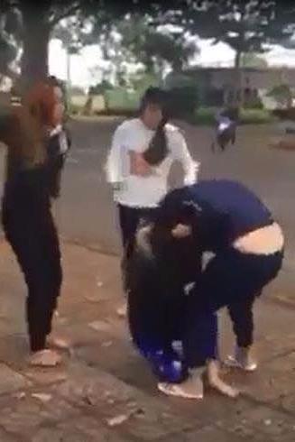 Hình ảnh nữ sinh đánh nhau được cắt từ clip