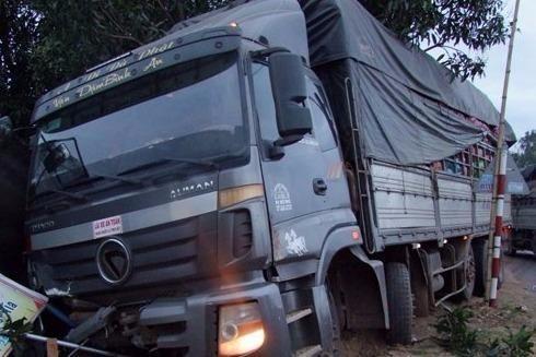 Chiếc ô tô tải cũng bị hư hại phần đầu sau cú va chạm mạnh