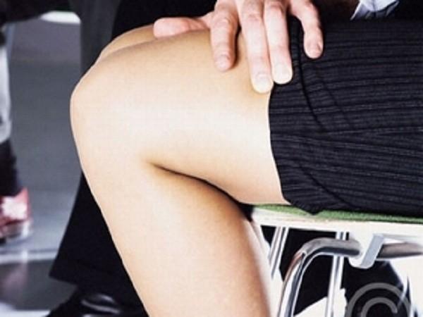Đi khám đau lưng, cô gái trẻ bị bác sĩ sàm sỡ ảnh 1