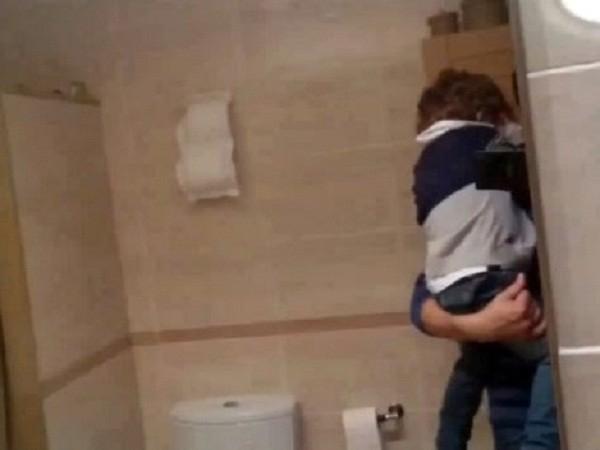 Mẹ nhốt con trai trong phòng tắm để đi chơi game cùng người tình ảnh 1