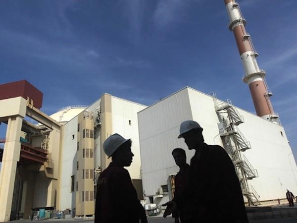 Công nhân Iran đứng trước nhà máy năng lượng hạt nhân Bushehr