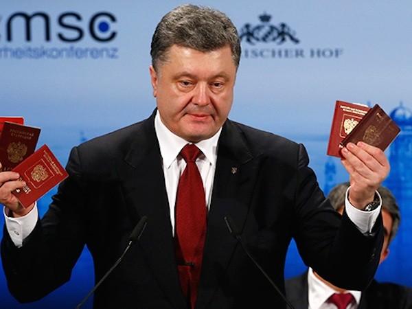 Tổng thống Ukraine với những hộ chiếu mà ông cho là của binh sĩ Nga ở Ukraine