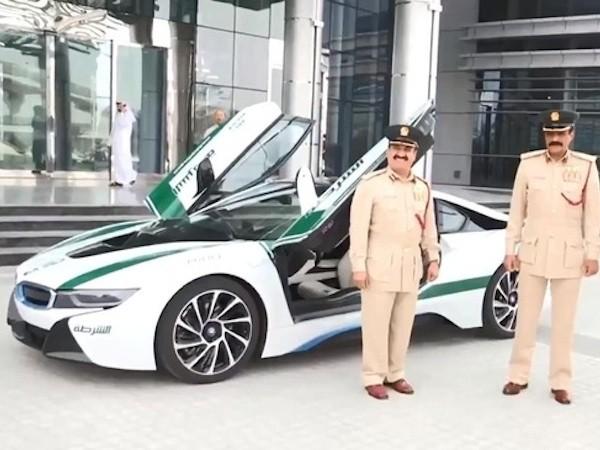 """Cảnh sát Dubai lại """"chơi trội"""" với siêu xe BMW i8"""