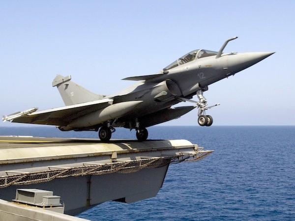 Chiến đấu cơ Rafale của Pháp cất cánh từ tàu sân bay