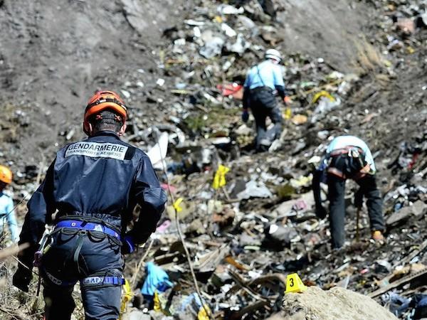 Đã tìm thấy hộp đen thứ 2 của máy bay Germanwings rơi tại Alps ảnh 1