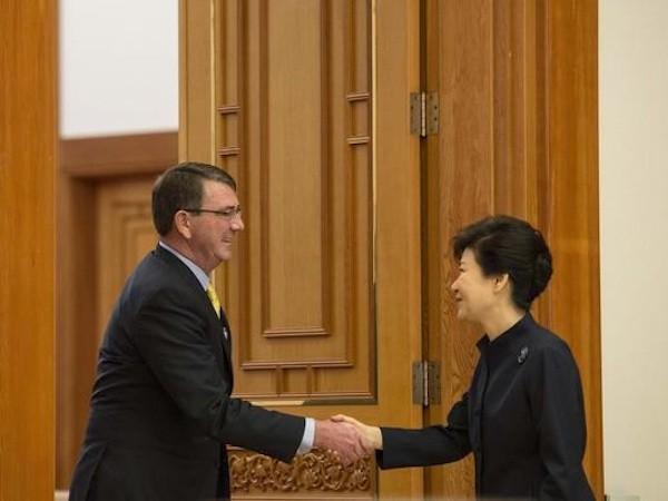 Bộ trưởng Carter bắt tay với Tổng thống Hàn Quốc Park Geun-hye