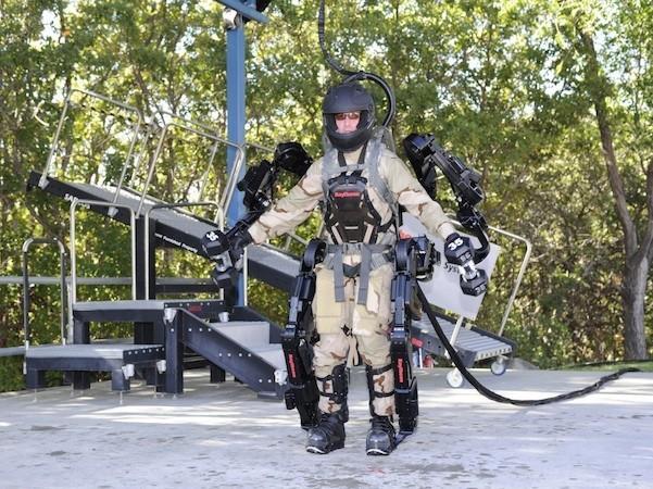 Hình ảnh ví dụ về bộ xương ngoài trợ lực (exoskeleton)