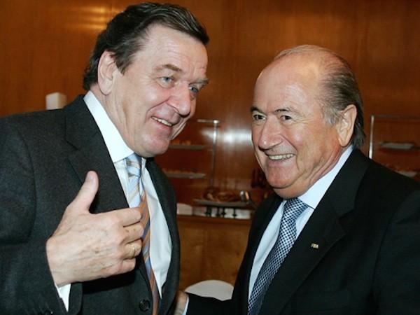Cựu Thủ tướng Gerhard Schroder (trái) và cựu Chủ tịch FIFA Sepp Blatter