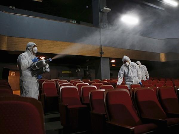 Đội ngũ nhân viên khử trùng tại một nhà hát ở Seoul, Hàn Quốc