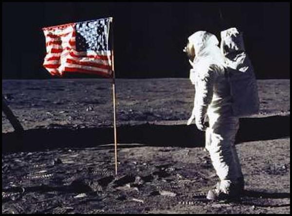 Lần đầu tiên con người đặt chân lên mặt trăng là vào năm 1969