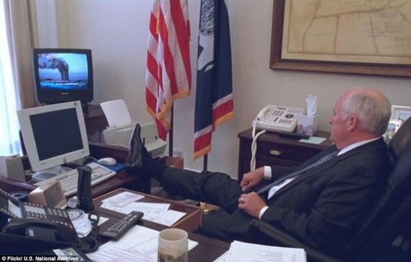 Cựu Phó Tổng thống Cheney gác chân lên ghế ngồi xem đoạn phim 2 chiếc máy bay lao thẳng vào Tòa Tháp Đôi của Trung tâm Thương mại Thế giới tại Manhattan, New York