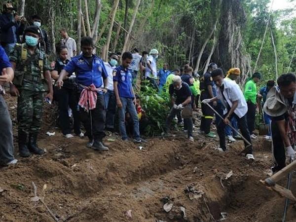 24 thi thế đã được đưa lên từ các hố chôn tập thể mới được phát hiện gần biên giới Malaysia - Thái Lan
