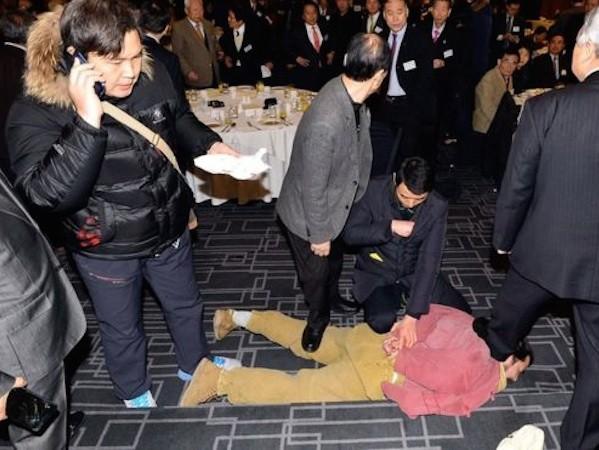 Hung thủ Kim Ji-jong (áo hồng) bị khống chế sau khi gây án