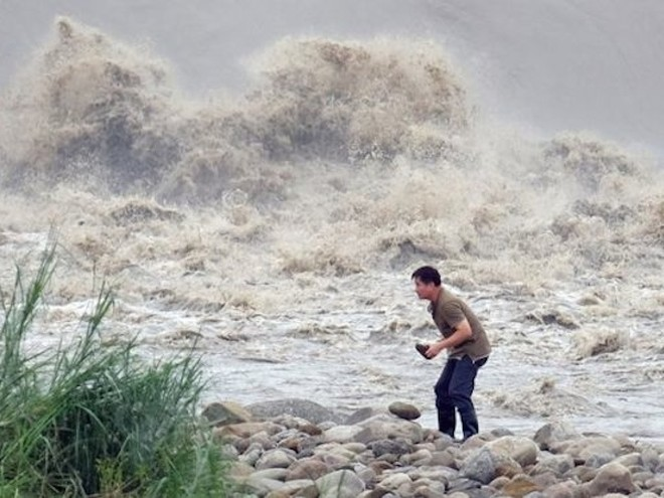 Siêu bão Dujuan đổ bộ Đài Loan, làm 2 người thiệt mạng