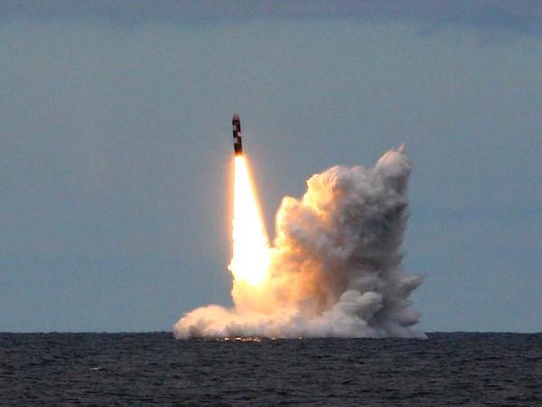 """""""Quái vật biển"""" lớp Borei của Nga phóng thành công 2 tên lửa Bulava ảnh 1"""