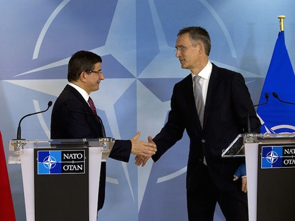 Tổng Thư kí NATO Jens Stoltenberg bắt tay Thủ tướng Thổ Nhĩ Kỳ Ahmet Davutoglu (trái)