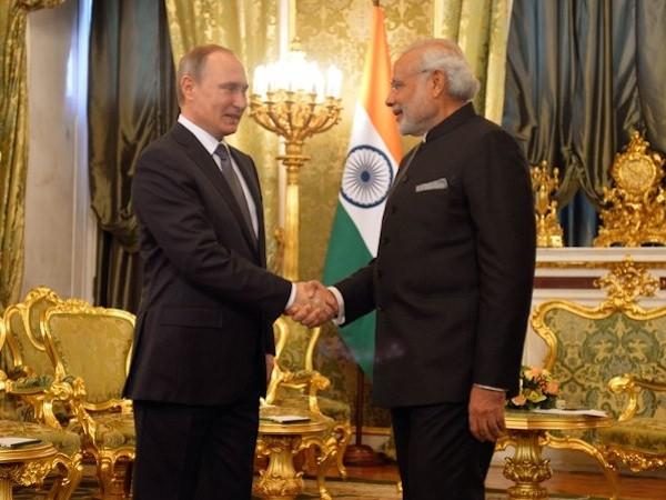 Tổng thống Nga Vladimir Putin và Thủ tướng Ấn Độ Narenda Modi (phải)