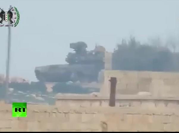 Xe tăng T-90 đã hư hại sau khi trúng tên lửa, tuy nhiên, một thành viên của kíp lái vẫn được nhìn thấy thoát nạn