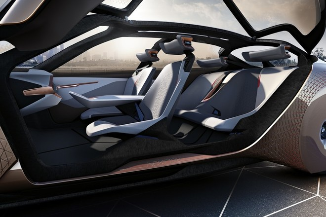 Vision Next 100 concept không có trụ B nên việc ra vào xe rất thoải mái