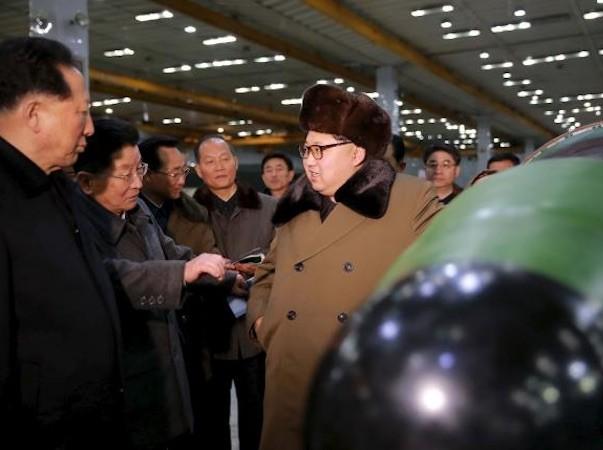Lãnh đạo Triều Tiên Kim Jong-Un đứng trả lời phỏng vấn với các phóng viên