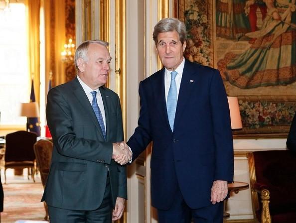Thủ tướng Pháp Jean-Marc Ayrault và Ngoại trưởng Mỹ John Kerry (phải)