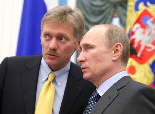 Tổng thống Nga Vladimir Putin và thư kí báo chí, Dmitry Peskov (trái)