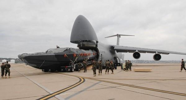 Thuyền chiến dài 26m của hải quân Mỹ vừa khít với C-5 Galaxy