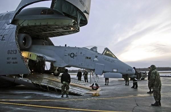 """Máy bay A-10 là ''chuyện nhỏ"""" với C-5 nhưng phải tháo rời cánh"""